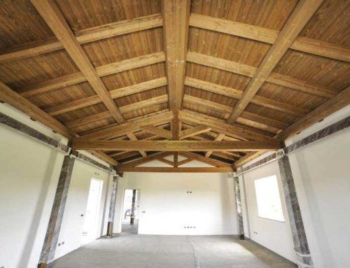 Tetto in legno e struttura in ferro, lo stile rustico di una casa amica dell'ambiente